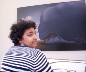 Zoe Abengowe zeichnet in der Ausstellung Artgenossen in Bad Saulgau