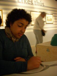 Zoe Abengowe zeichnet im Museum in Leeuwarden