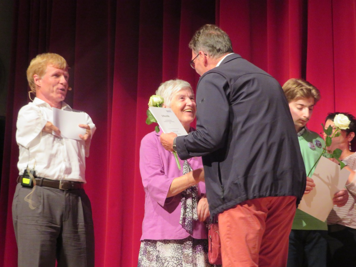 Theresia Sauter erhält einen Preis